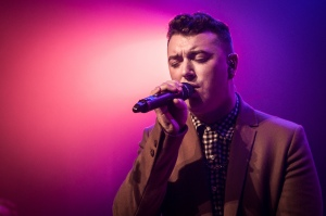 Sam Smith singing in a calming light. (photo via Flickr/ 3FM Serious Radio)